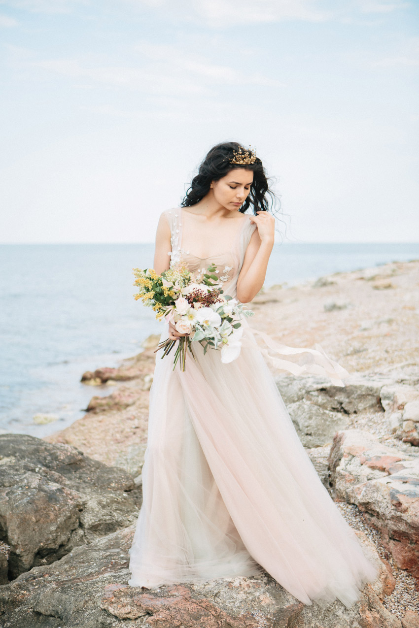 Delicacy & elegance. Inspirational bridal styled shoot by the sea - Styled Shoots